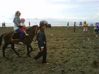 Dan salah satu keunikan yang terdapat di Pantai Boom merupakan adanya fasilitas penyewaan kuda. Di pantai ini para pengunjung Bisa menyewa kuda untuk ditunggangi guna menjelajahi kawasan pantai yang sangat menarik ini.