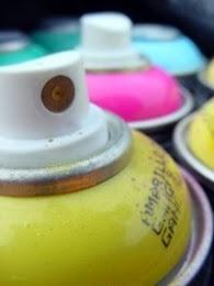 Se llama aerosol, pintada o grafiti (del italiano graffiti, graffire, y ésta a su vez de la latina scariphare...
