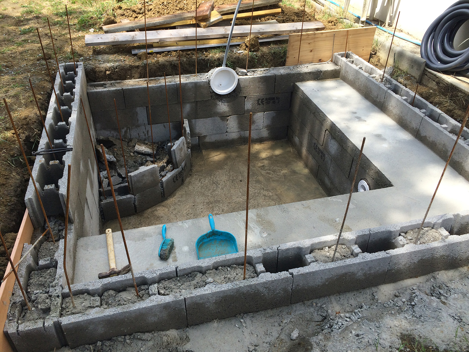 Construction piscine b ton d coffrage banc for Piscine a construire