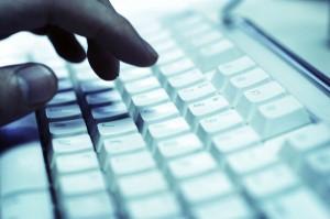 """Cuando se comparte un ordenador conviene aprender qué opciones existen para navegar sin dejar rastros, o lo que en los navegadores de conoce como iniciar la """"navegación privada"""", """"navegación de incógnito"""" o """"navegación segura"""", para que no se registren datos como el historial de las páginas visitadas, las cookies aceptadas, contraseñas, así como otros rastros que la navegación habitual deja en el navegador, algo que existe desde 2005 (el primero fue Safari) y que con el tiempo lo incluyeron Internet Explorer, Chrome, Firefox y Opera, así lo reseñó 20minutos.es. Hay que destacar, como señalan desde Consumer, que esta forma de"""