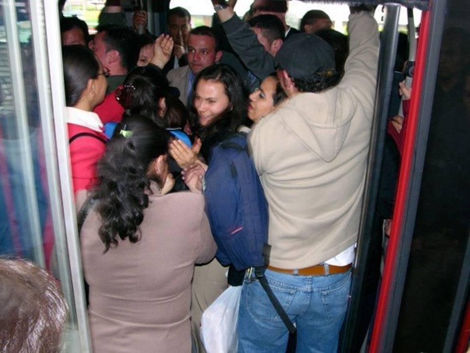 LA CONGESTION EN TRANSMILENIO ES RESPONSABILIDAD DE LOS CONSORCIOS.