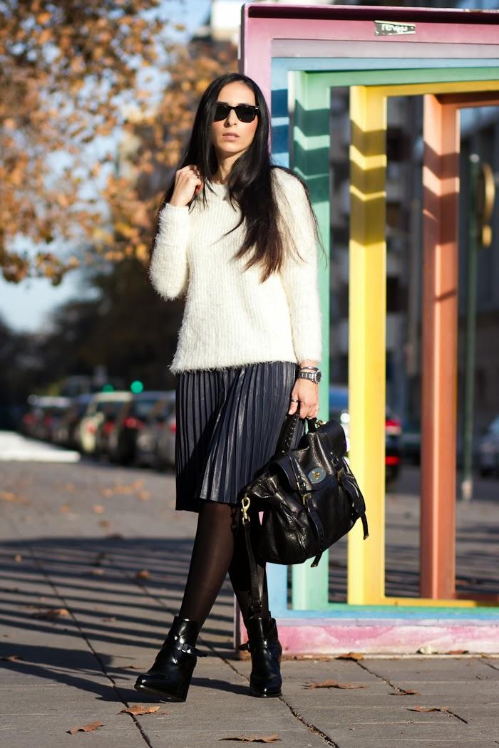 Blogger española con falda por la rodilla de pliegues de color azul