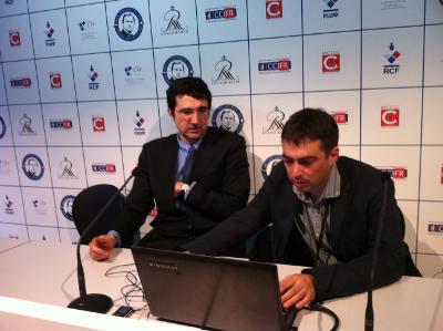 Vladimir Kramnik commente sa victoire sur Nikolai Vitiugov en compagnie du rédacteur en chef de la revue russe 64, Mark Gluhovsky
