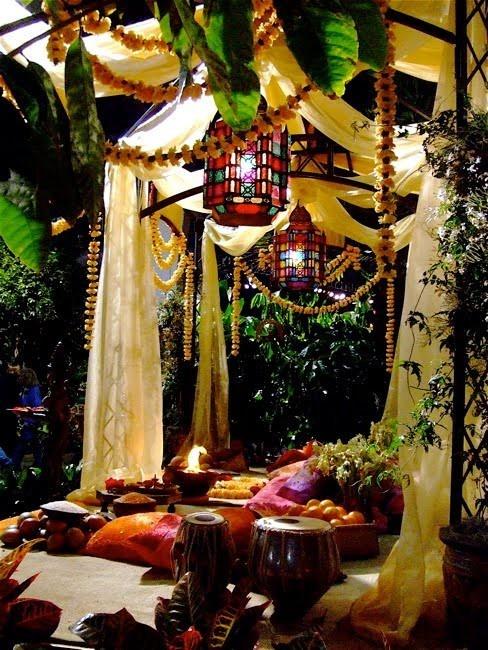 Bohemian Style Backyards : Renkli fenerler,cibinlikler,renkllil yastik ve minderle romantik bir