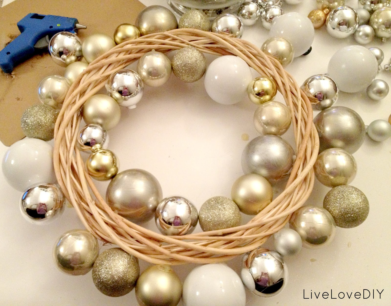 Diy Christmas Decorations Livelovediy How To Make A Christmas Ornament Wreath