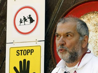 tarados, padre pedofilo, pedofilia na igreja, placas de sinalização advertencia, Sepp Rothwangl
