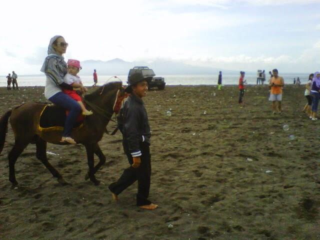 Berkuda di pantai Boom Banyuwangi.