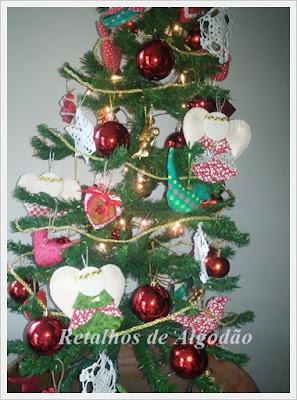 Árvore de natal decorada com peças artesanais em patchwork e crochê
