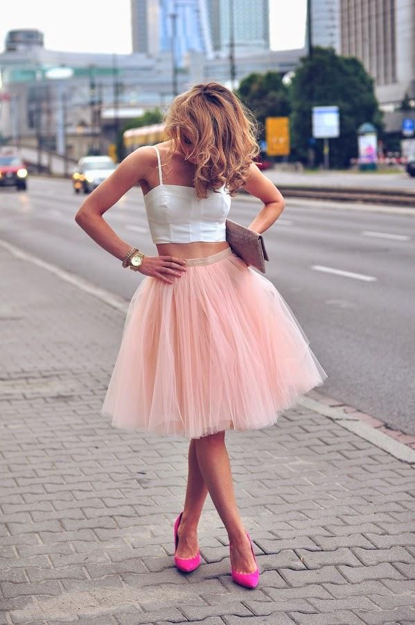 saias da moda, saia de tule rosa com cropped branco, top branco e saia midi, blusas femininas