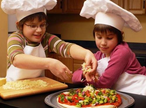 Niños haciendo una pizza facil