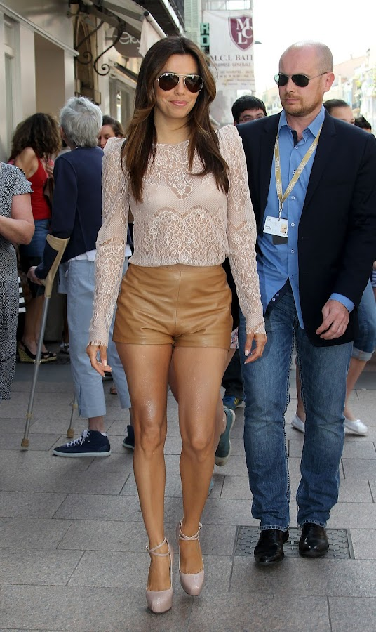 hot celebrity shows off her toned legs in a leather shorts