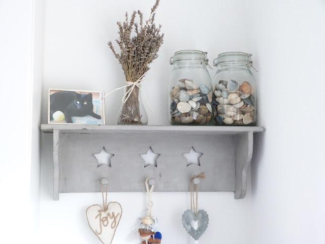 Het brocante schelpenhuisje schelpen in glazen potten en - Decoratie afbeelding ...