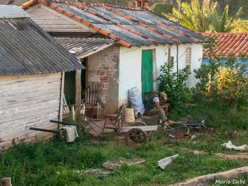 Un habitant devant sa maison à Viñales