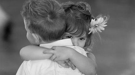 αγκαλιά-αγκαλιάζω