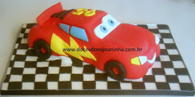 Bolo decorado filme Carros com Mcqueen em bolo no formato do carro