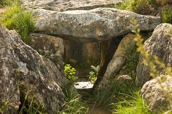 La Tumba del Gigante de El Gastor. Un dólmen de  corredor formado por lozas de más de tres metros  de altura, un pasillo de doce metros de longitud  y una cámara de casi cuatro metros.