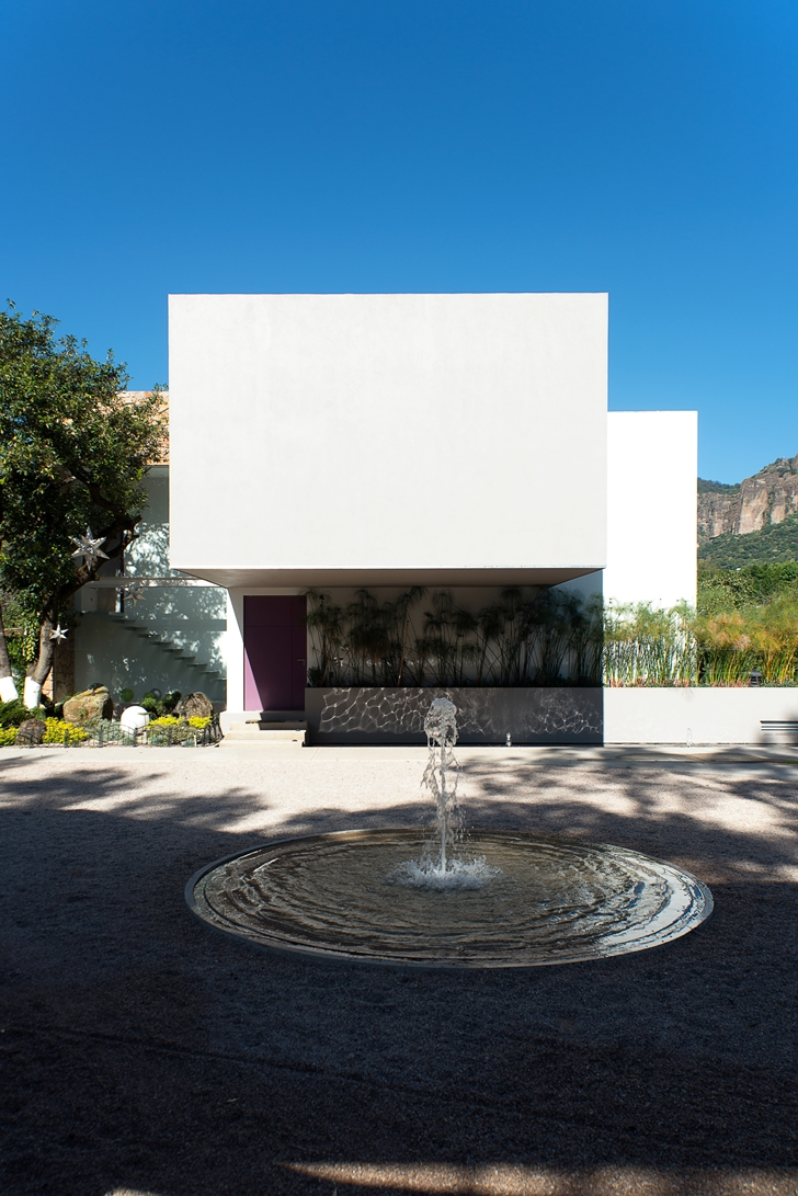 Small fountain in front of Casa del Viento by A-oo1 Taller de Arquitectura