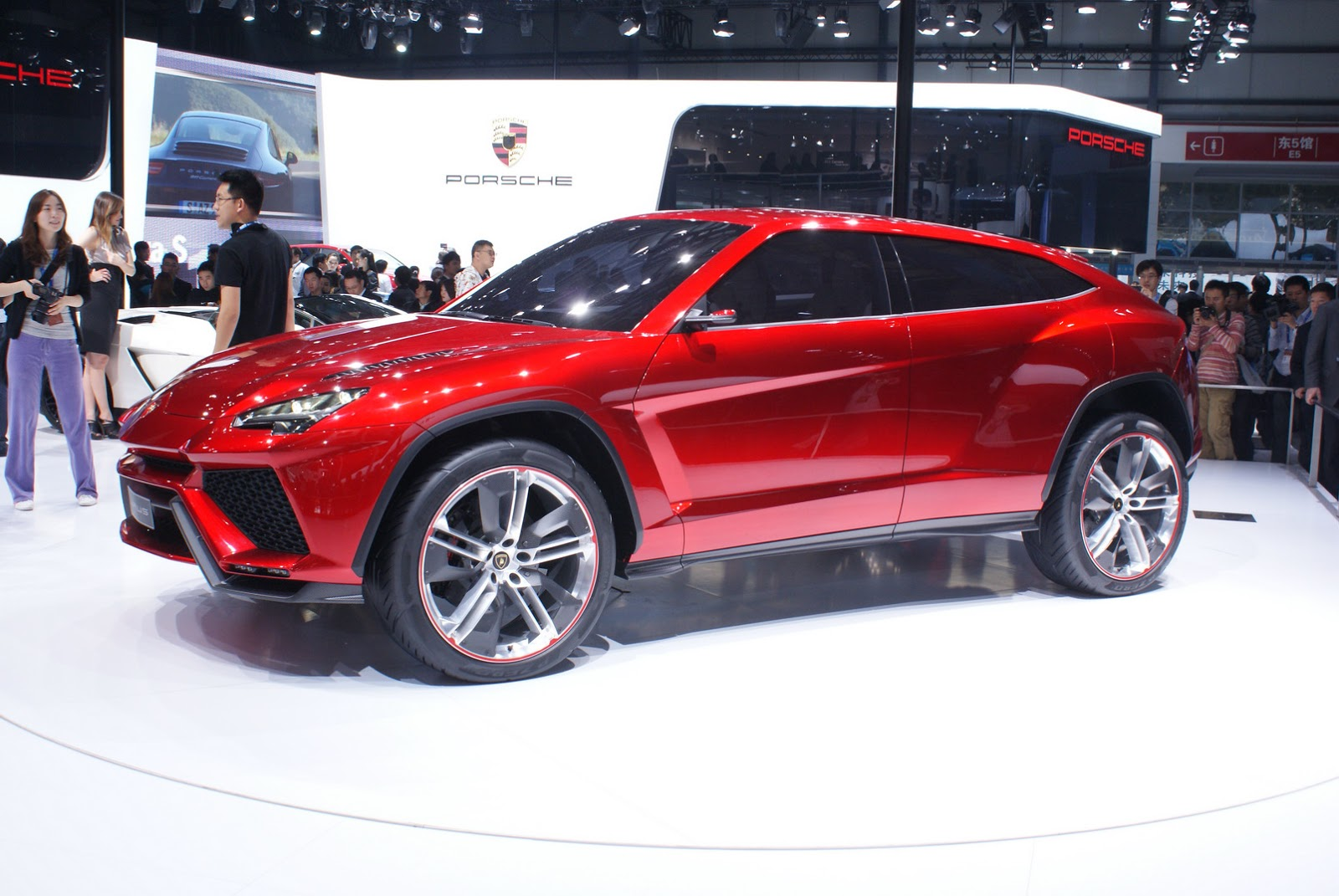 it 39 s official lamborghini 39 s suv coming in 2018 will be built in italy carscoops. Black Bedroom Furniture Sets. Home Design Ideas