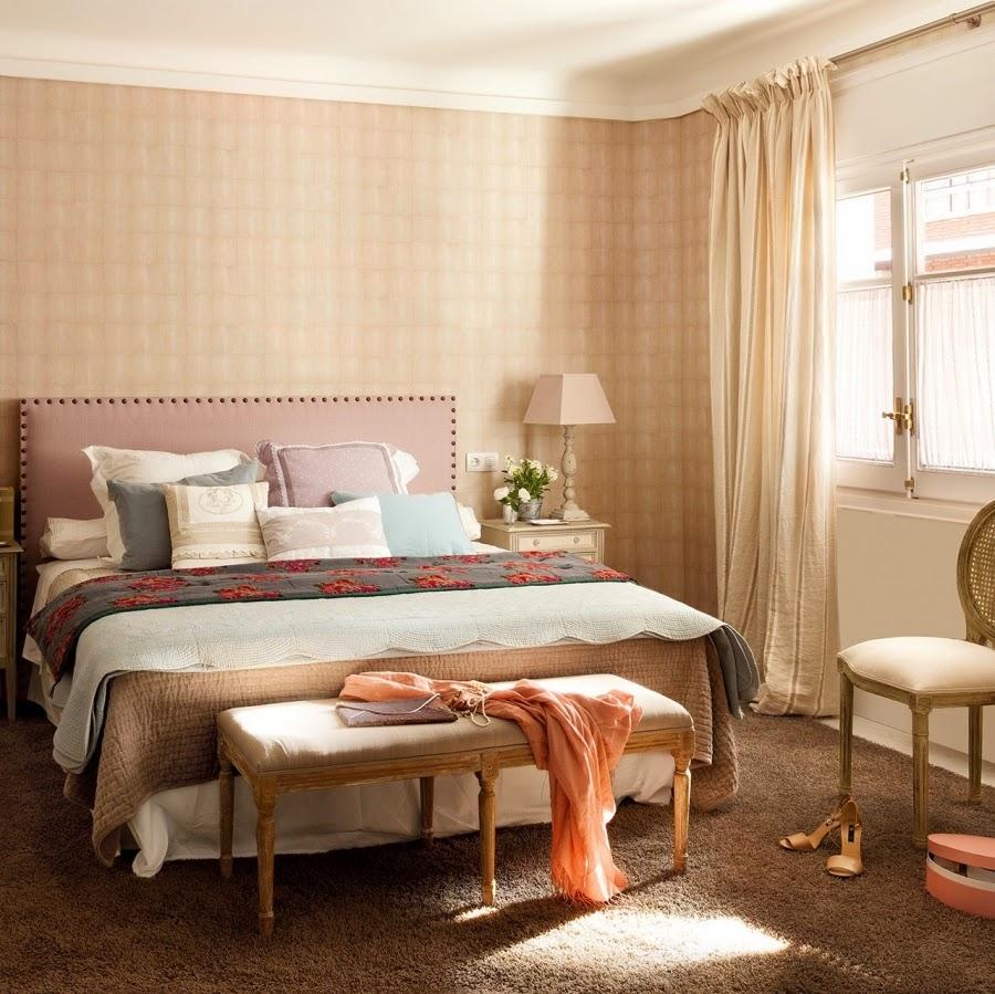 wystrój wnętrz, home decor, wnętrza, dom, mieszkanie, aranżacja, sypialnia, łóżko, narzuta, lampka nocna, półka, poduszki ozdobne