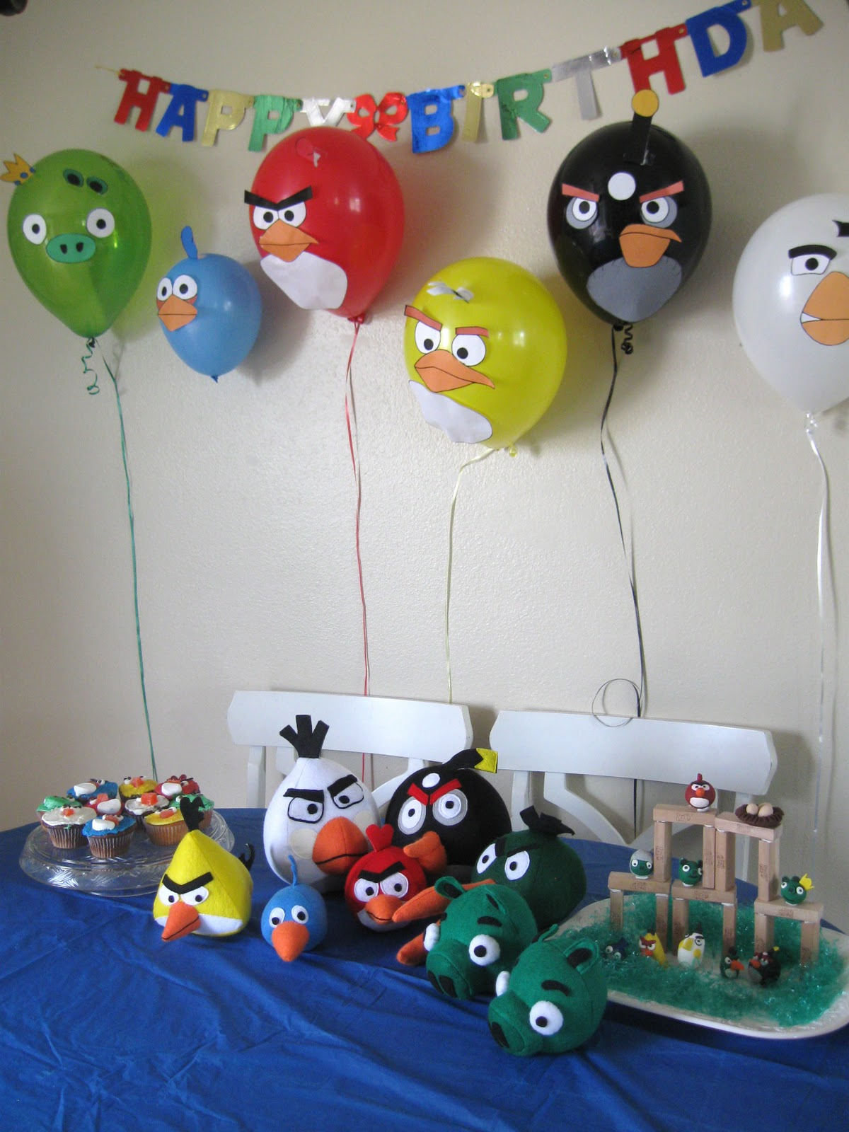 The brown eyes have it angry birds birthday party for Angry birds party decoration ideas