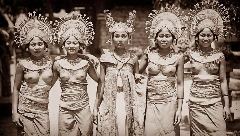 Wanita Bali dengan pakaian tradisionalnya. Foto diambil tahun 1936 ...