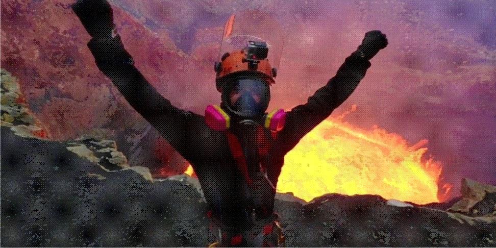 Homem fica cara a cara com vulcão