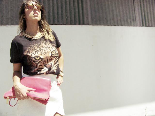 camiseta leopardo combinada con minifalda blanca