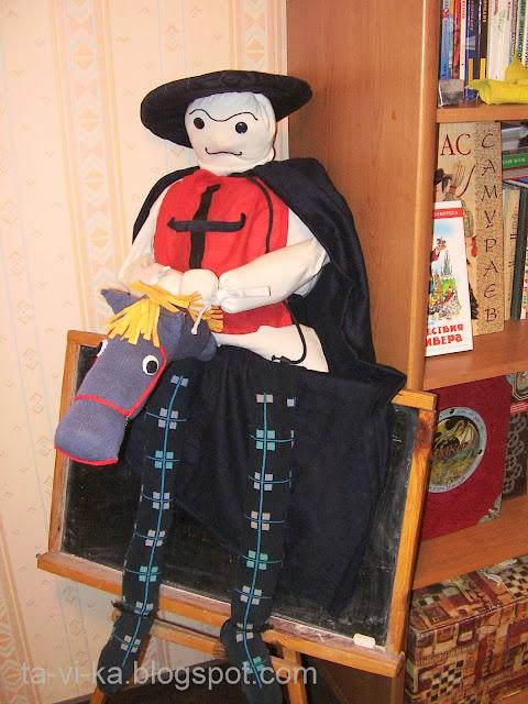 Тряпичная кукла для битья из подушки гвардеец