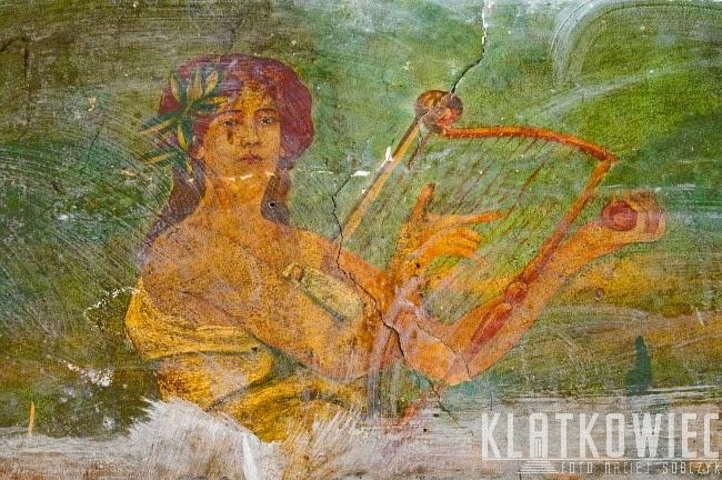 Grudziądz: malowidło w kamienicy ukazujące kobietę z lirą