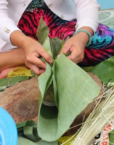 Sau khi nếp và nhân để vào lá chuối, bạn có thể gói lại thật chặt bánh và khéo léo xếp 2 đầu cho nhân và nếp không lọt ra
