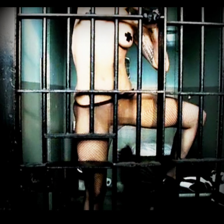 Lady Gaga in Telephone behind bars doesn't have a penis