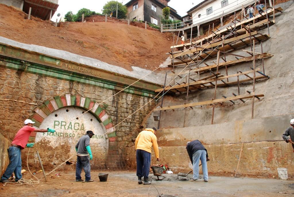 """""""Depois que passamos a levar a massa de concreto até o topo do morro, através de uma carretilha, a execução das tarefas adiantou bastante"""", explicou Tião"""