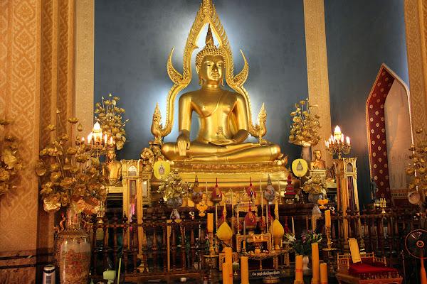 Buda Phra Buddhajinaraja en el interior del Templo de Mármol