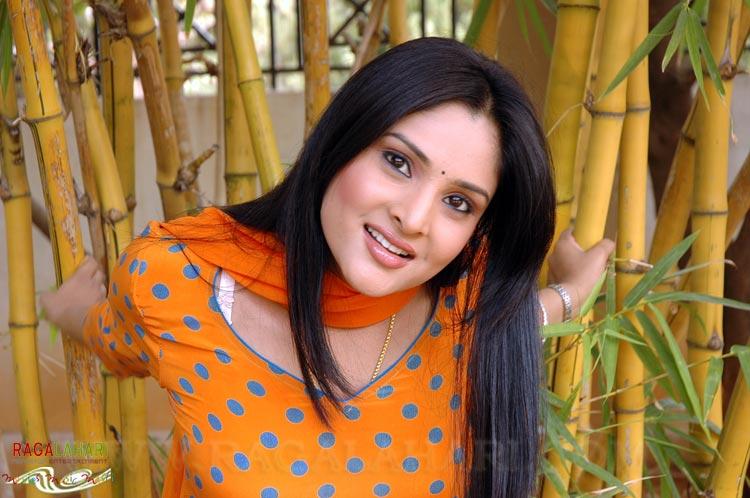 INDIAN ACTRESS: Divya Spandana Ramya White Bra Strap