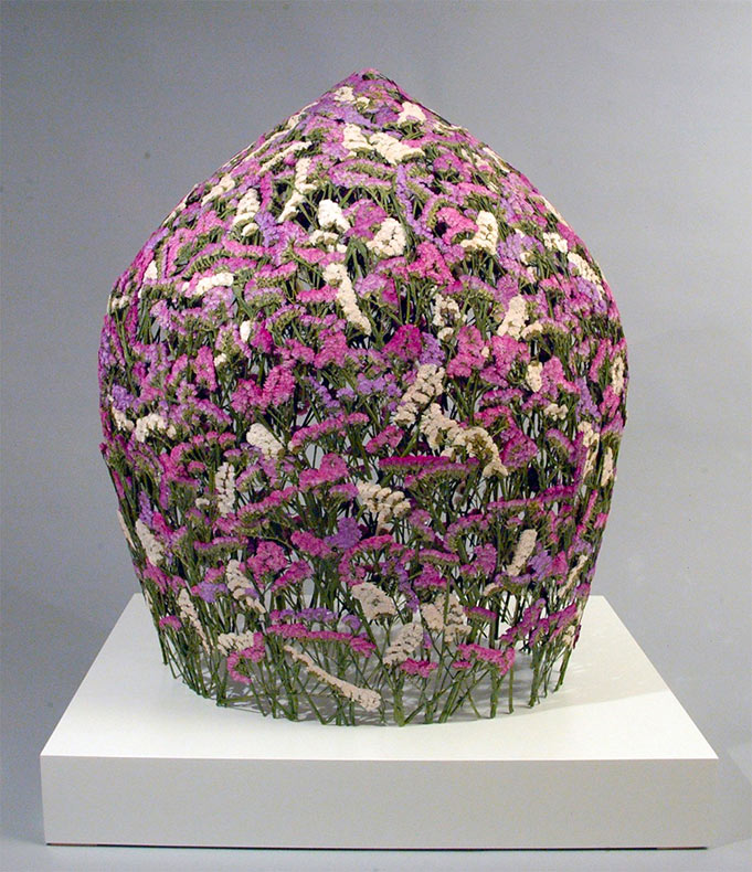 Delicadas vasijas esculpidos con flores prensadas