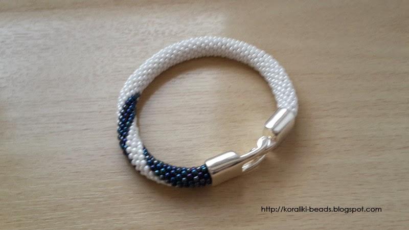 Biało-granatowa bransoletka sznur koralikowo-szydełkowy toho