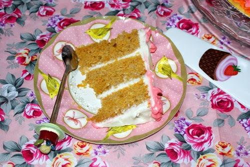 Trozito de tarta en un platito