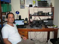PY5SS Nelson em sua estação com o IC-718