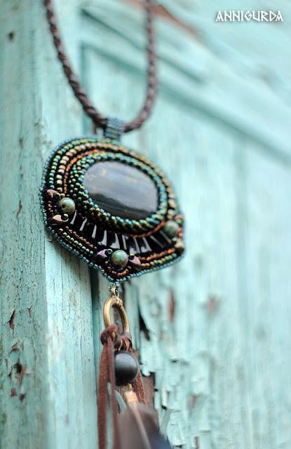 украшения, бижутерия, кулон, вышитый кулон, вышивка бисером, соколиный глаз, перья