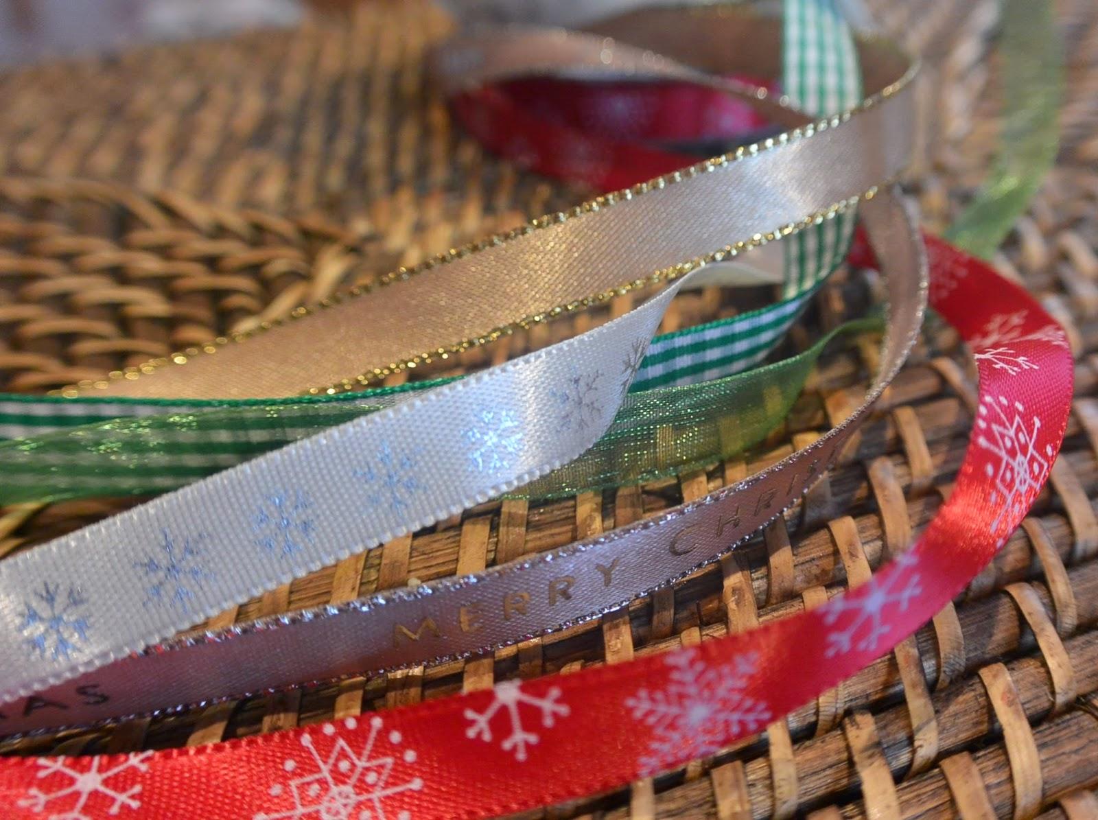 étiquette cadeau de noël en rubans et tissu