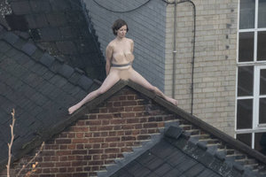 Wanita Terkangkang Bogel Atas Bumbung Untuk Seni…