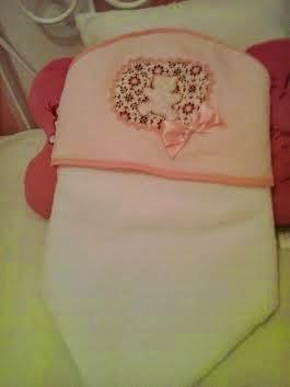 toalla con capucha para bebes, en rosa y blanco