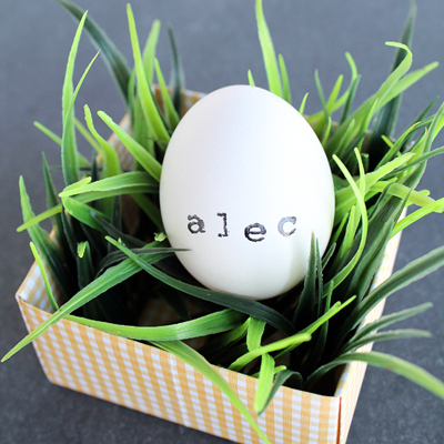 Stamped Egg Place Cards by Love Grows Wild www.lovegrowswild.com #decor #easter #spring
