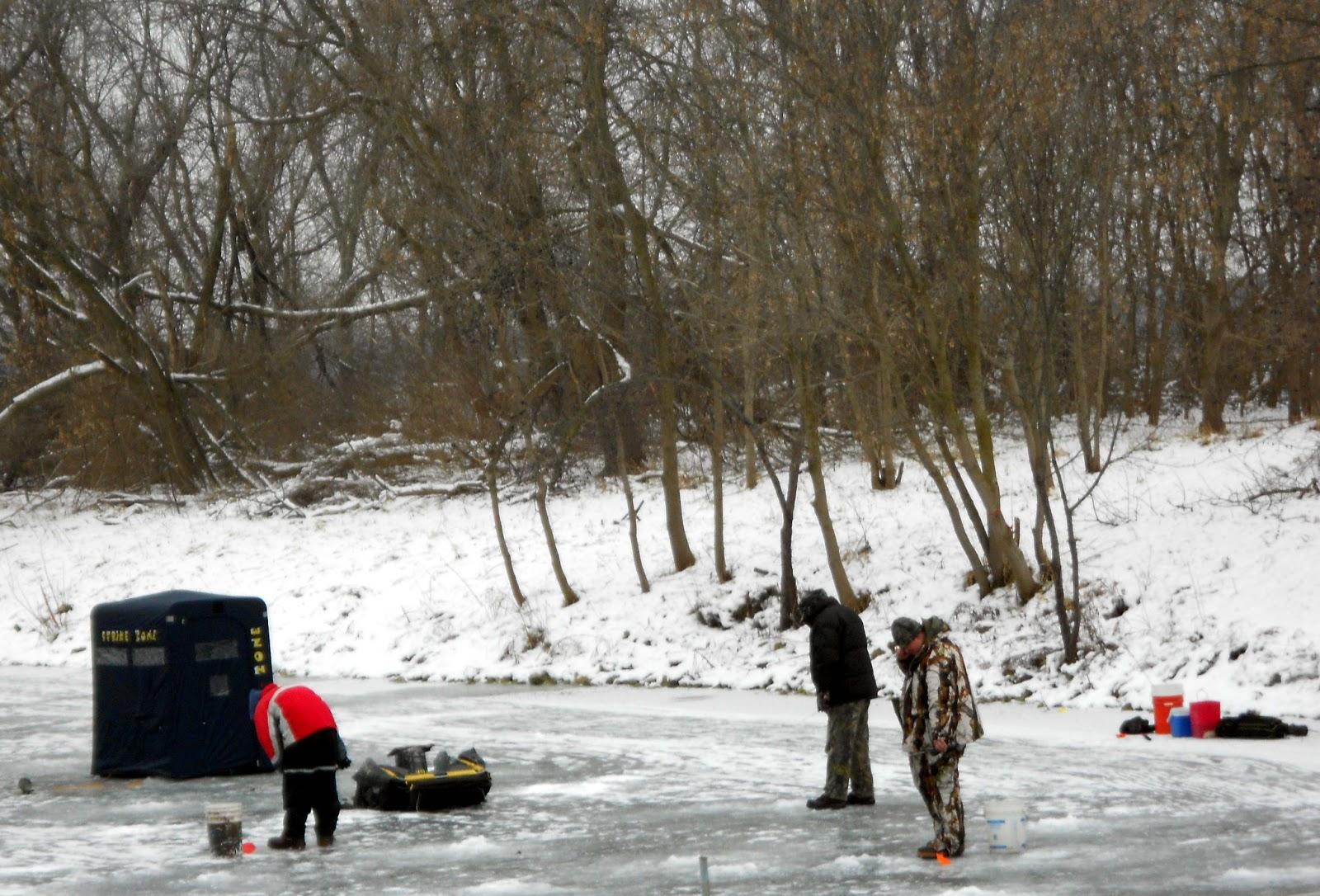 Delavan lake property delavan lake ice fishing in full swing for Lake delavan fishing