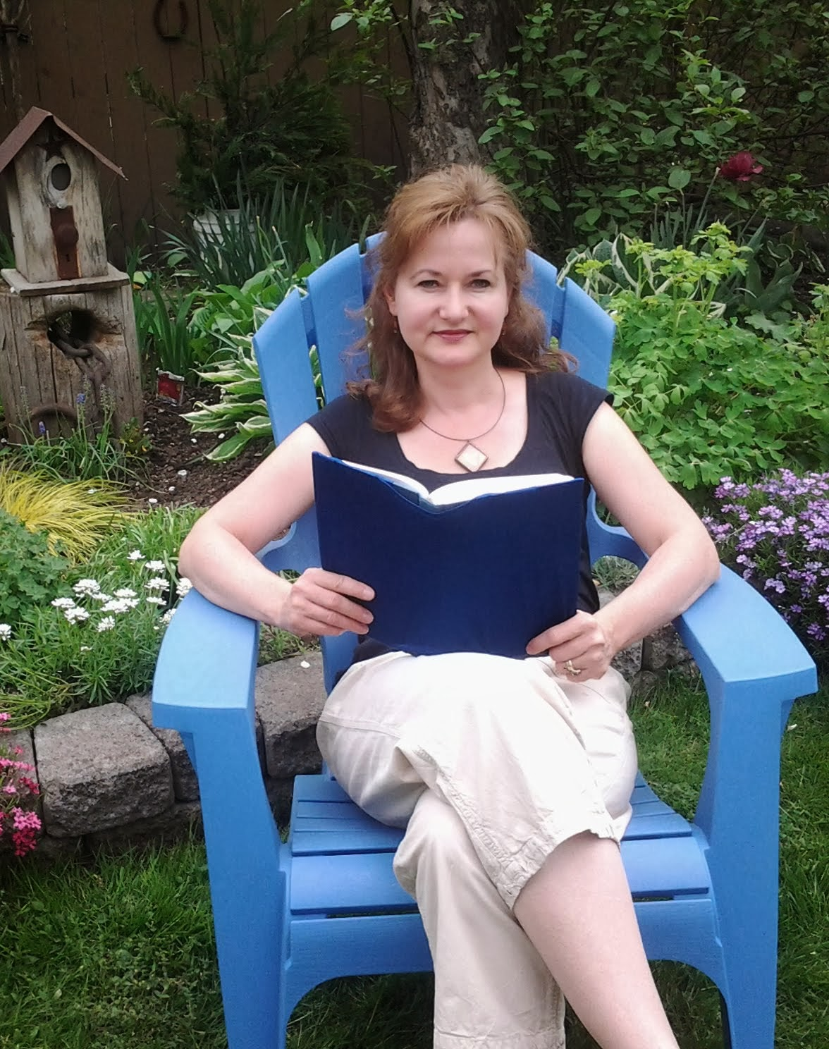 Welcome to Reading in the Garden: Book Reviews and Recommendations by Annette Steinmetz.