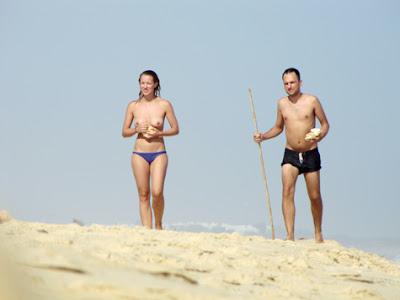Maya Booth em Topless na praia