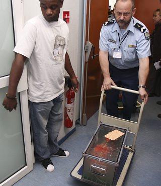 Uma das duas caixas-pretas do voo 447 chega a Paris / Foto: Arquivo / AP