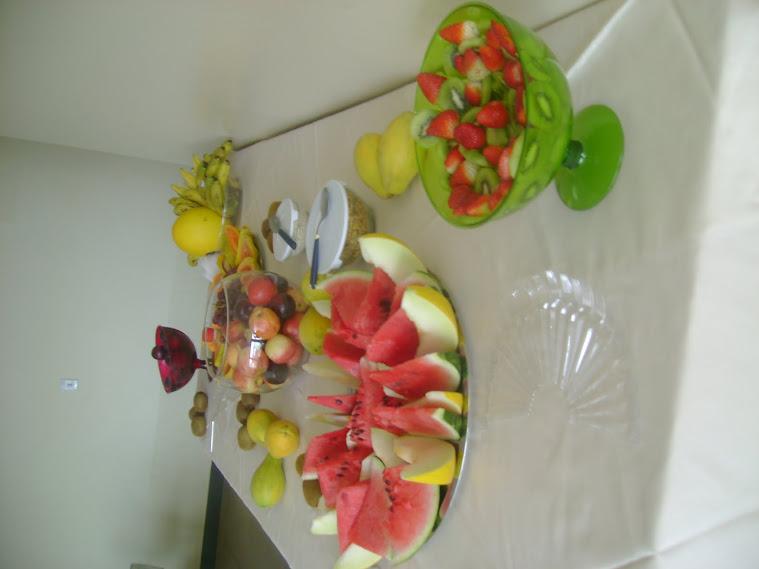 o deliioso lanche de frutas organizado pela Secretaria de Sociabilidade,: Eliane e Shirley