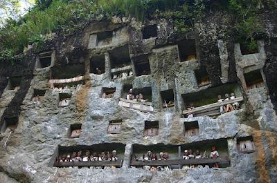 Londa :  Kompleks Makam Di Tebing Batu Toraja