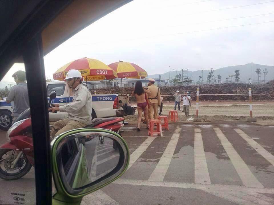 """Nữ Việt Kiều tự lột quần áo """"tra tấn"""" CSGT"""